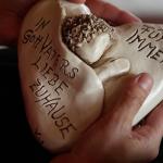 Hand mit Herz aus Ton