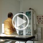 Mann sitzt im Arztzimmer