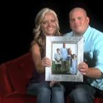 Ehepaar mit Foto in der Hand