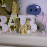 Holzbuchstaben mit dem Schriftzug Baby auf einer Kommode