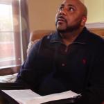 Schwarzer Mann liest in der Bibel