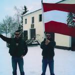zwei junge Männer mit Flagge