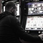 Mann am Spielautomat