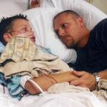 krankes Kind mit Vater im Krankenhaus