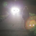 Mädchen allein nachts auf der Straße
